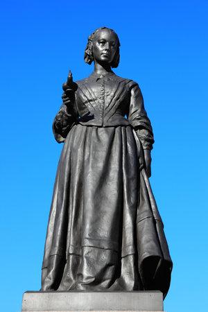 ruiseñor: Una estatua conmemorativa de bronce de Florence Nightingale en Waterloo Place, Westminster, Londres, Arthur Walker (1861-1939) que fue presentado en la Plaza de Waterloo en 1915. Florence Nightingale fue una enfermera Inglés conocido como