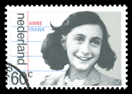 racisme: Nederland postzegel met een afbeelding van Anne Frank, die als jong meisje was een slachtoffer van de Holocaust, die later beroemd te worden voor haar dagboek gepubliceerd als 'Het Dagboek van een jong meisje', na de Tweede Wereldoorlog Redactioneel
