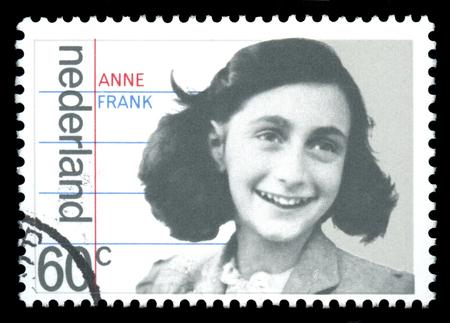 """rassismus: Niederlande Briefmarke zeigt ein Bild von Anne Frank, die als junges M�dchen war ein Opfer des Holocaust, die sp�ter in ihrem Tagebuch f�r die als """"The Diary of a Young Girl 'ber�hmt ver�ffentlicht, nach dem Zweiten Weltkrieg"""
