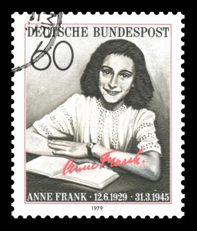 seconda guerra mondiale: Francobollo tedesco che mostra l'immagine di Anne Frank, che da ragazza era una vittima dell'Olocausto, poi diventato famoso per il suo diario pubblicato come 'Il diario di una giovane ragazza', dopo la Seconda Guerra Mondiale