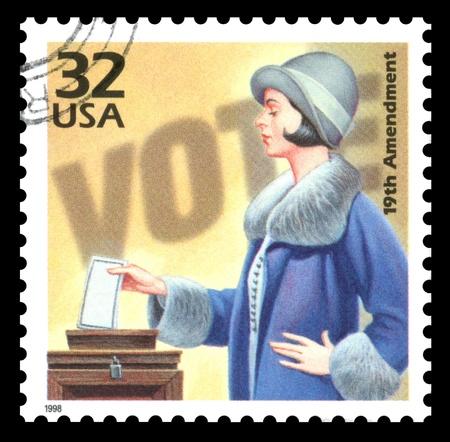 sello postal: EE.UU. sello vintage que muestra una imagen de una mujer de votaci�n en el 1920 para conmemorar el sufragio femenino s s Foto de archivo