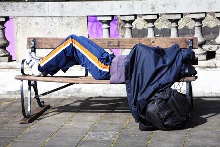 vagabundos: Persona sin hogar durmiendo a la intemperie en una calle de Londres
