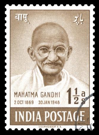 sello postal: Vintage sello la India de 1948 que muestra un retrato grabado de Mahatma Gandhi, publicado para celebrar el primer aniversario de la independencia de la India s