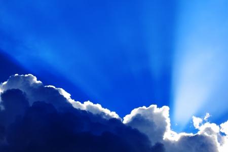 Hintergrund der dramatischen Moody Quellwolken mit Sonnenstrahlen Standard-Bild - 16254485