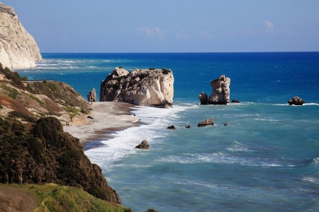 afrodita: Roca de Afrodita (Petra Tou Romiou) el lugar de nacimiento de Afrodita, la diosa griega del amor, en una playa de la costa occidental de Chipre entre Pafos y Limassol, frente al mar Mediterráneo con un cielo azul claro
