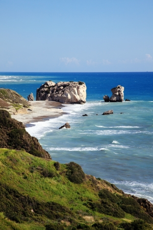 afrodita: Roca de Afrodita Petra Tou Romiou el lugar de nacimiento de Afrodita, la diosa griega del amor, en una playa de la costa occidental de Chipre entre Pafos y Limassol, frente al mar Mediterráneo con un cielo azul claro Foto de archivo