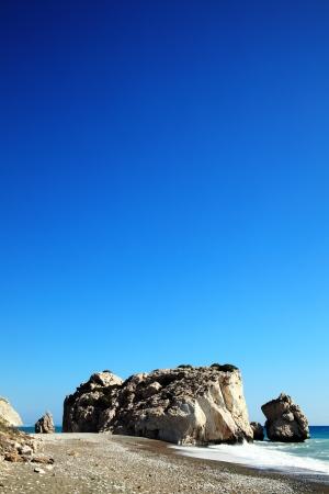 afrodita: Roca de Afrodita Petra Tou Romiou el lugar de nacimiento de Afrodita, la diosa griega del amor, en una playa de la costa occidental de Chipre entre Pafos y Limassol, frente al Mar Mediterráneo, con un fondo de cielo azul claro y espacio de la copia,