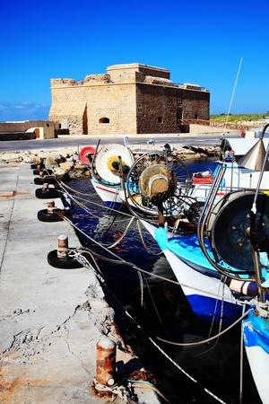 Paphos Castle, ursprünglich als eine byzantinische Festung gebaut, die Bewachung des Hafens steht in Paphos, Zypern und heute ein Museum, mit Fischerbooten im Vordergrund Standard-Bild - 18762290