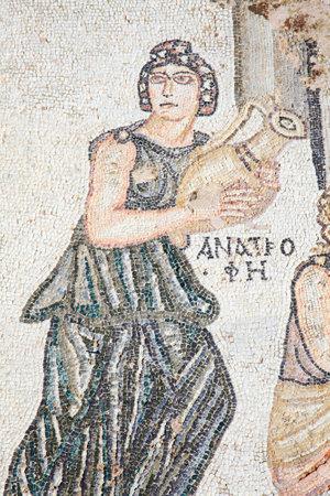 roman: Un segmento del cuarto mosaico romano del siglo del primer baño de Archilles en la Villa de Teseo, Parque Arqueológico de Paphos, Chipre