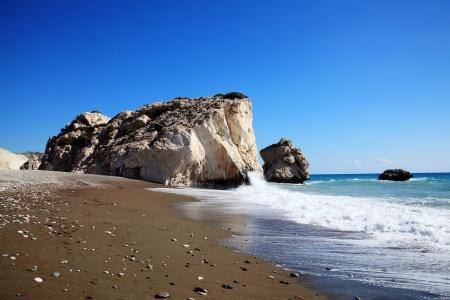 afrodite: Roccia di Afrodite Petra Tou Romiou il luogo di nascita di Afrodite la dea greca dell'amore, su una spiaggia litorale di Cipro occidentale tra Paphos e Limassol, di fronte al Mar Mediterraneo, con un cielo blu chiaro Archivio Fotografico