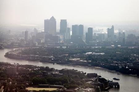 Luftaufnahme Stadtbild von der Themse und die Wolkenkratzer von Canary Wharf, London Docklands England Canary Wharf an einem nebligen, nebligen Tag Standard-Bild - 23007069