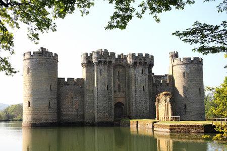 14th: Castillo de Bodiam cerca de Robertsbridge, East Sussex, Inglaterra, Reino Unido es un castillo del siglo XIV medieval