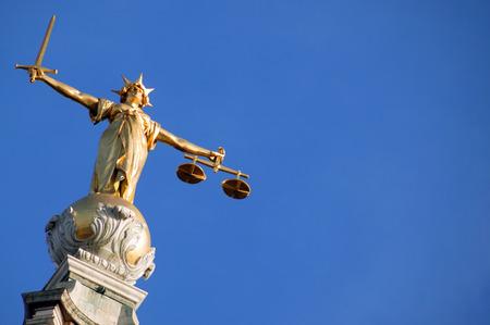 dama de la justicia: Escalas de la justicia Señora de la justicia de la Corte Penal Central con cariño conocido como The Old Bailey en la ciudad de Londres, Inglaterra, Reino Unido