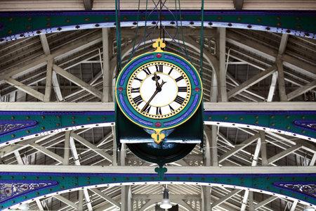 orologi antichi: Smithfield Market, Londra, Inghilterra, Regno Unito, con i suoi vittoriane travi del tetto in ghisa e il suo maestoso orologio
