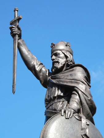 anglo saxon: King Alfred The Great s statue designed by Hamo Thornycroft and erected in 1899 stands at the eastern  end of the Broadway in Winchester, Hampshire, England