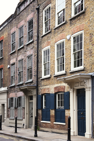 east end: Georgian terraced town houses in Spitafields in the East End of London, England, UK, which where the homes of wealthy Huguenot silk merchants escaping religious persecution in France