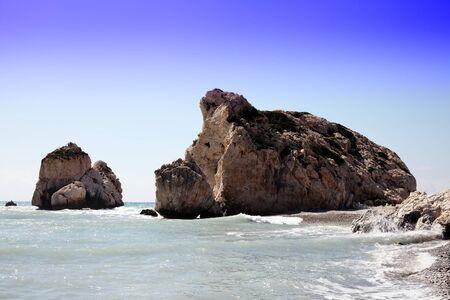 diosa griega: Roca de Afrodita (Petra Tou Romiou) el lugar de nacimiento de Afrodita, la diosa griega del amor, en una playa de la costa de Chipre occidental entre Paphos y Limassol, frente al mar Mediterráneo con un cielo azul claro
