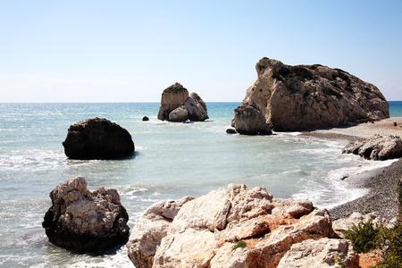 afrodita: Roca de Afrodita (Petra Tou Romiou) el lugar de nacimiento de Afrodita, la diosa griega del amor, en una playa de la costa de Chipre occidental entre Paphos y Limassol, frente al mar Mediterr�neo con un cielo azul claro