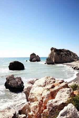 diosa griega: Roca de Afrodita (Petra Tou Romiou) el lugar de nacimiento de Afrodita, la diosa griega del amor, en una playa de la costa de Chipre occidental entre Paphos y Limassol, frente al mar Mediterr�neo con un cielo azul claro
