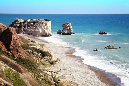 afrodita: Roca de Afrodita (Petra Tou Romiou) el lugar de nacimiento de Afrodita, la diosa griega del amor, en una playa de la costa de Chipre occidental entre Paphos y Limassol, frente al mar Mediterráneo con un cielo azul claro