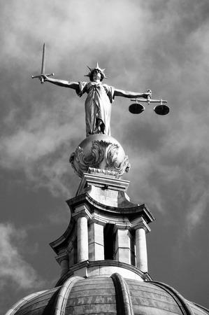 estatua de la justicia: Negro imagen en blanco de las escalas de la justicia de la Corte Penal Central con cari�o conocido como The Old Bailey en la ciudad de Londres, Inglaterra, Reino Unido