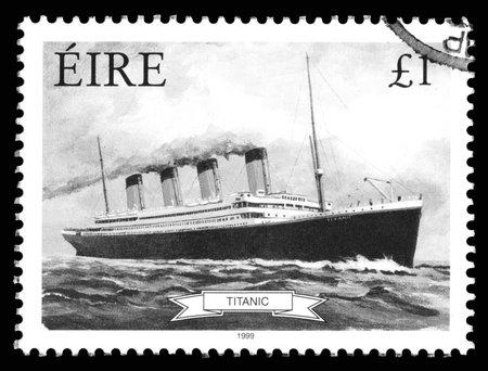 papier a lettre: Image en noir et blanc d'un timbre République d'Irlande Eire montrant une image de RMS Titanic, construit à Belfast, en Irlande et coulé lors de son voyage inaugural en 1912, de Southampton, en Angleterre à New York, États-Unis Éditoriale