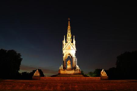 memorial cross: El Albert Memorial en la noche en Kensington, Londres, Inglaterra, Reino Unido, que fue construido entre 1863 y 1876 para conmemorar la muerte de la reina Victoria amada consorte el pr�ncipe Alberto Foto de archivo