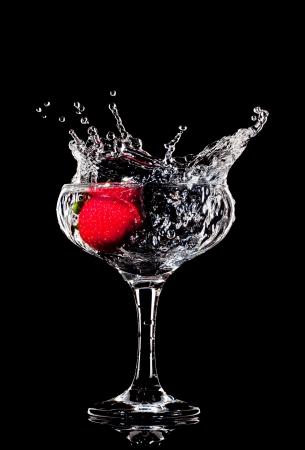 cocktail fruit: fresa salpicaduras fresca en un vaso de coctel h�medo