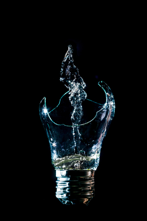 Creative broken light bulb with water fountain Stockfoto