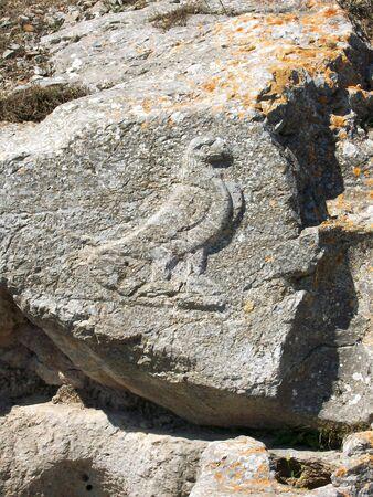 산토리니의 그리스 섬에 고 대 티라의 유적 부분