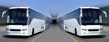 passenger vehicle: Dos autobuses tur�sticos establecidos en blanco en contra de una moci�n fondo borroso Foto de archivo