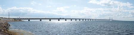"""Una imagen panor�mica de la """"oresundsbron"""" el puente que conecta Dinamarca con Suecia y uno de los m�s largos de su tipo en el mundo. Foto de archivo - 5260379"""