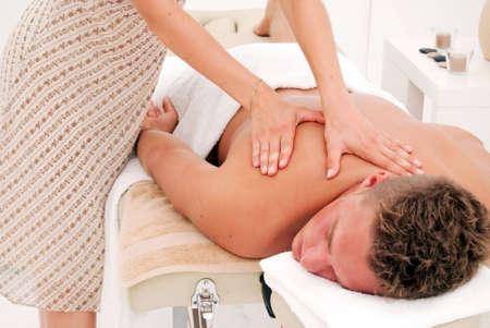 relaxes: Relaja joven mientras disfruta de un tratamiento de spa de lujo de una masajista femenina. Foto de archivo