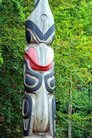 totem indiano: Un polo di totem american indian situato in una zona boschiva.