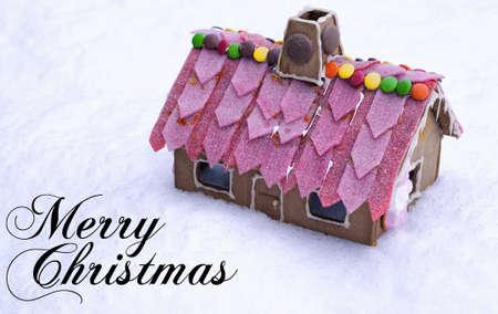 casita de dulces: Un lindo y sabrosa aspecto pan de jengibre house de algunos nieve.