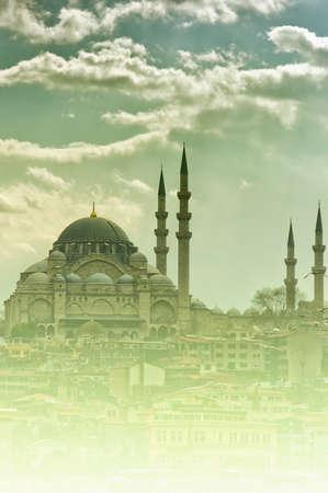 Une vue de la mosquée Suleiman majestueuse à Istanbul, en Turquie dans la brume ou le brouillard.