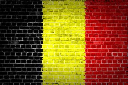 belgie: Een beeld van de België vlag geschilderd op een muur in een stedelijke locatie