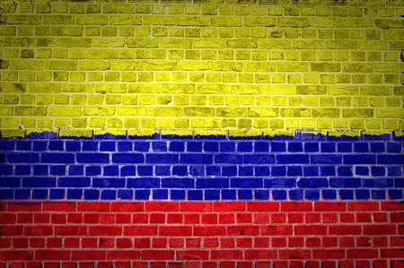 la bandera de colombia: Una imagen de la bandera de Colombia pintada en una pared de ladrillos en una ubicaci�n urbana Foto de archivo