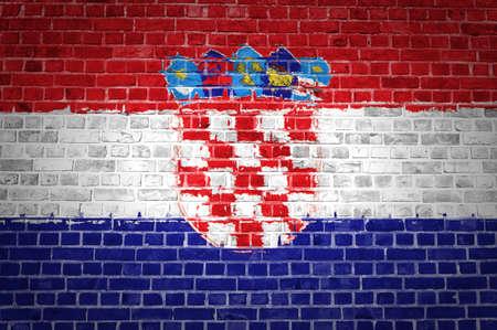 bandiera croazia: L'immagine della bandiera Croazia dipinta su un muro di mattoni in una posizione urbana Archivio Fotografico