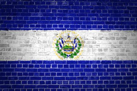 bandera de el salvador: Una imagen de la bandera de El Salvador pintado en una pared de ladrillos en una ubicación urbana