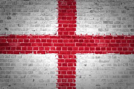 bandiera inghilterra: L'immagine della bandiera dell'Inghilterra dipinta su un muro di mattoni in una posizione urbana Archivio Fotografico