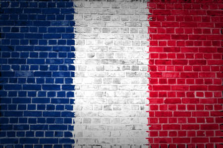 bandera francia: Una imagen de la bandera de Francia pintada en una pared de ladrillos en una ubicaci�n urbana