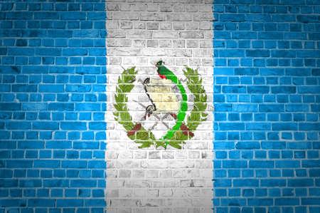 bandera de guatemala: Una imagen de la bandera de Guatemala pintada en una pared de ladrillos en una ubicaci�n urbana Foto de archivo
