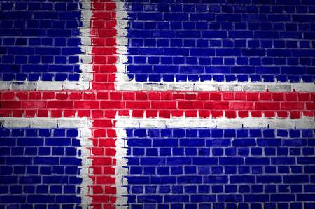 flag of iceland: Una imagen de la bandera de Islandia, pintado en una pared de ladrillos en una ubicaci�n urbana Foto de archivo