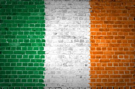 bandera irlanda: Una imagen de la bandera de Irlanda pintada en una pared de ladrillos en una ubicaci�n urbana