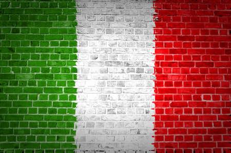 bandera italia: Una imagen de la bandera de Italia, pintado en una pared de ladrillos en una ubicaci�n urbana