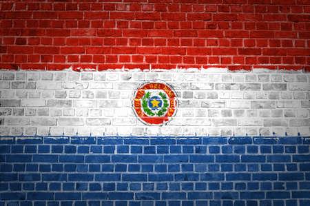 bandera de paraguay: Una imagen de la bandera de Paraguay pintada en una pared de ladrillos en una ubicaci�n urbana