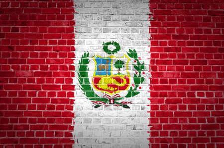 bandera peru: Una imagen de la bandera de Per� pintado en una pared de ladrillos en una ubicaci�n urbana