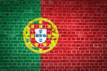 drapeau portugal: L'image du drapeau du Portugal peint sur un mur de briques dans un emplacement urbain