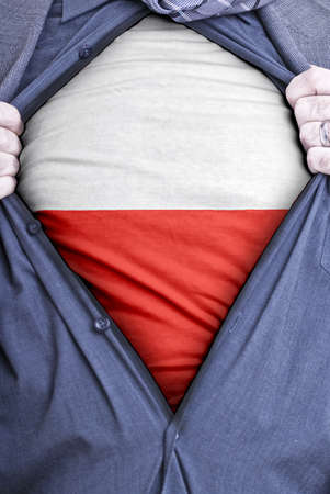 bandera de polonia: Un hombre de negocios polaco arranca abrir su camisa y muestra c�mo patri�tica que es mediante la revelaci�n de su bandera por debajo de pa�ses impreso en una camiseta